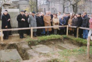 Vereinsmitglieder im Jahr 1998 an der Ausgrabungsstätte der Barockgräber